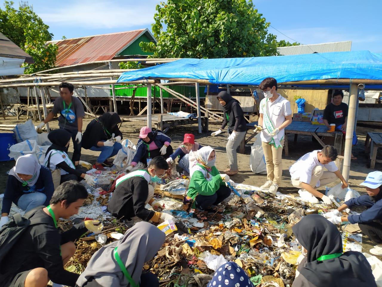 Ribuan Peserta Aksi Bersama Bersih Pantai Tanjung Bayang Kumpulkan 1436,12 Kg Sampah